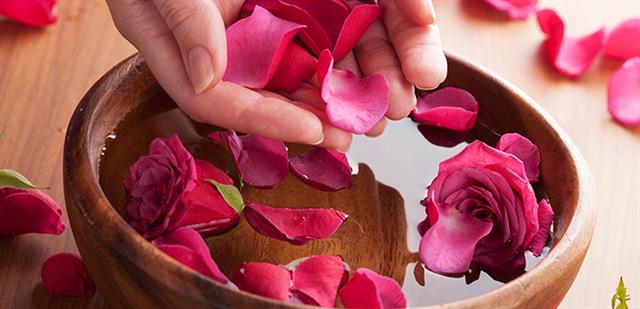 Cách xông da bằng cánh hoa hồng ngừa mụn