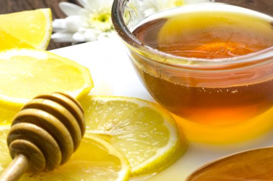 trị nứt gót chân bằng mật ong và chanh